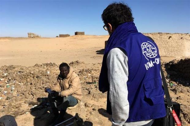 Un migrante assistito nel deserto dall'Oim (foto Oim)