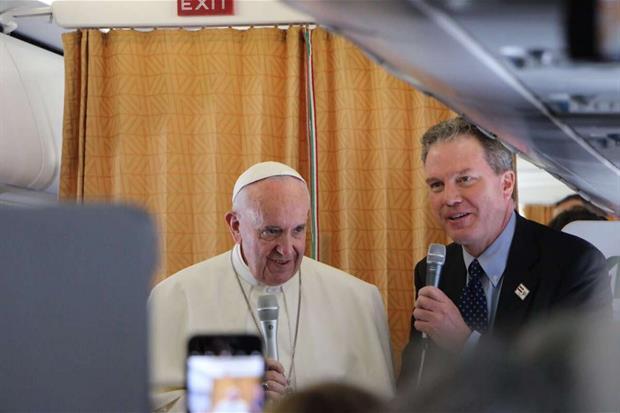 Il Papa saluta i giornalisti nel volo di andata per il Cairo