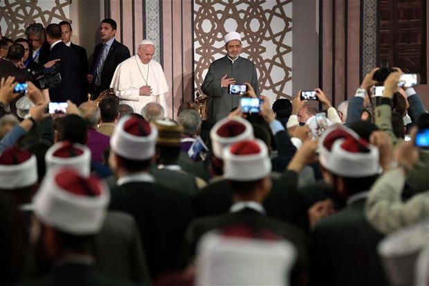 Papa Francesco ha incontrato il grande imam al-Tayyib all'università di al-Azhar (Ansa)