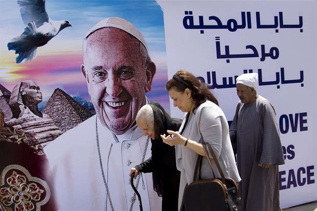 Un manifesto gigante di benvenuto a papa Francesco nei pressi della cattedrale di San Marco al Cairo (Ansa)
