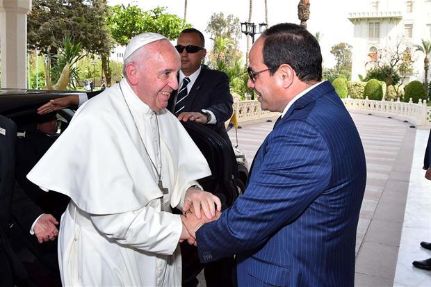 Papa Francesco è stato accolto nel Palazzo presidenziale di Heliopolis al Cairo dal presidente egiziano Abdel Fattah al-Sisi (Ansa)