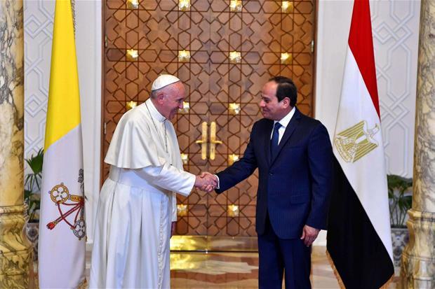 Papa Francesco al Palazzo presidenziale di Heliopolis al Cairo con il presidente egiziano Abdel Fattah al-Sisi (Ansa)