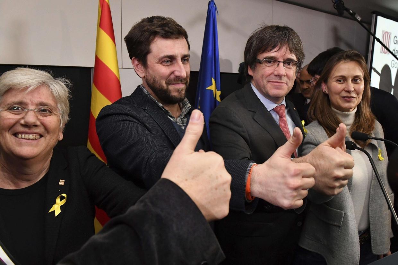Puigdemont a Bruxelles con ex ministri del governo regionale catalano (Ansa)