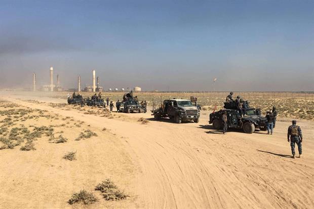 Dei blindati di Baghdad entrano nei campi petroliferi di Kirkuk (Reuters)