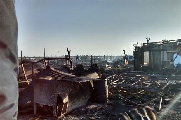 Uno dei tanti incendi che hanno distrutto più volte le baracche. Questa foto risale al 2016