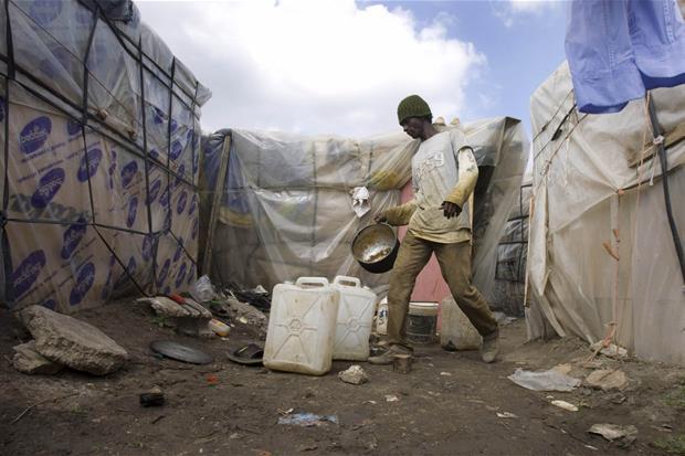 Un immigrato africano nel ghetto di Rignano in una foto di archivio del 2009