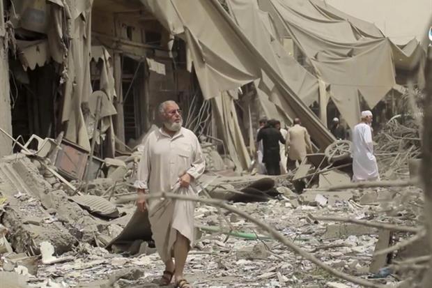 Gli effetti dei bombardamento della Coalizione anti-Daesh nel centro della città siriana di Raqqa (Ansa'Ap)