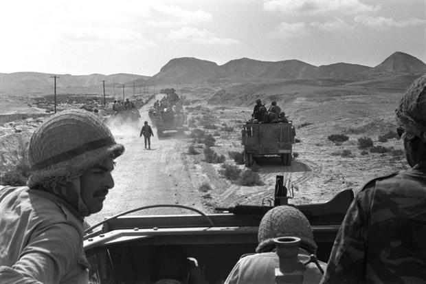 Truppe israeliane avanzano nel sud della Penisola del Sinai nel giugno 1967 (Ufficio stampa del Governo israeliano)