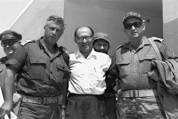 Il generale Ariel Sharon (a sinistra) con Menahem Begin (al centro) e il generale Avraham Yoffe nel deserto del Sinai il 14 giugno 1967 (Ansa)