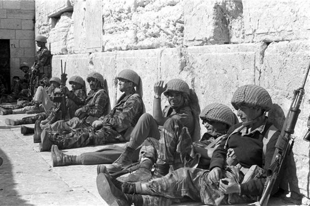 Soldati israeliani di fronte al Muro Occidentale nella Città Vecchia di Gerusalemme nel giugno 1967: il Muro fu conquistato nella Guerra dei Sei Giorni (ministero della Difesa di Israele)