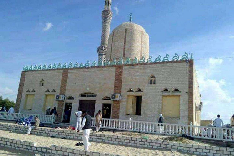 L'esterno della moschea di al-Rawdah, a Bir al-Abed, presa di mira dai terroristi (Ansa)