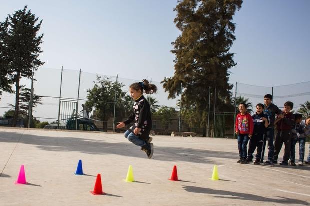 """Rmeyle, Libano. All'interno del centro socio educativo """"Fratelli Rmeyle"""" i bambini giocano durante la lezione di ginnastica."""