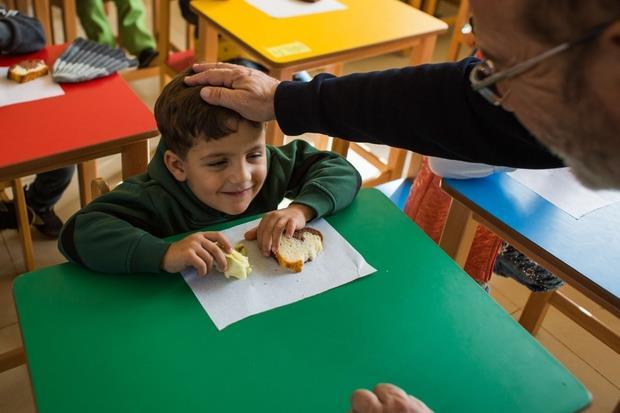 Rmeyle, Libano. Durante la lezione i bambini fanno diverse pause in cui le insegnanti e le volontarie portano la merenda.