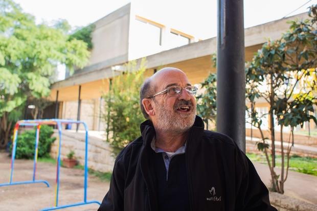 """Rmeyle, Libano. Fra Miguel spiega la struttura in cui è ospitato il centro socio educativo """"Fratelli Rmeyle""""."""
