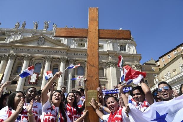 La Messa della Domenica delle Palme 2017 con il passaggio della Croce della Gmg dai giovani di Cracovia a quelli di Panama (Siciliani)