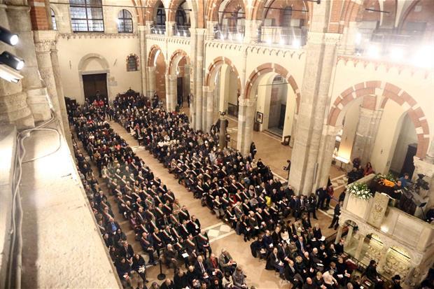 La Basilica di Sant'Ambrogio a Milano durante i Primi Vespri per la festa del patrono