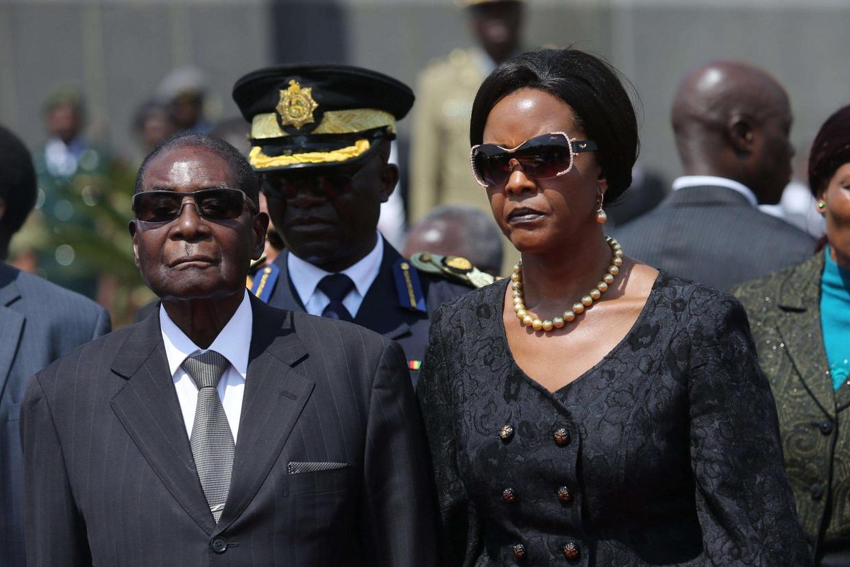 Robert Mugabe, 93 anni, con la moglie Grace, 52 anni (Ansa)