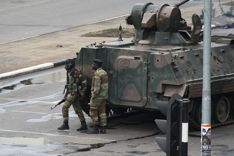 Un carro armato e alcuni militari sulla strada che conduce al palazzo presidenziale ad Harare (Ansa)
