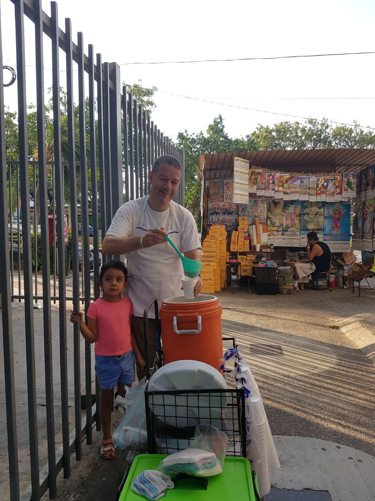Monsignor Luigi Ginami ha accompagna le persone di La Laja a vendere al mercato