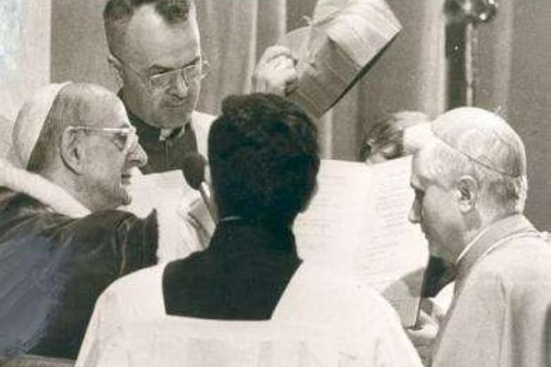 27 giugno 1977. Joseph Ratzinger riceve da Paolo VI la berretta cardinalizia