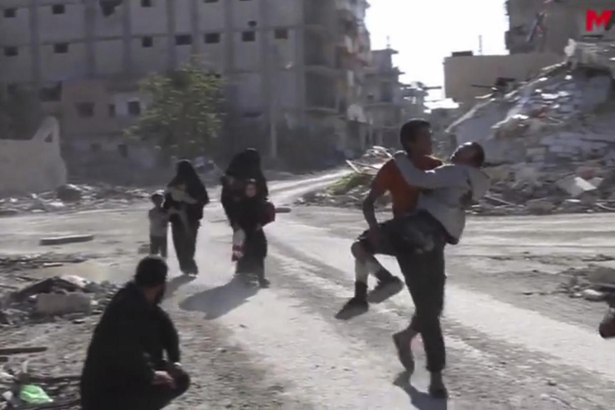 Civili in fuga nella città siriana di Raqqa, liberata nelle scorse settimane dalle milizie curde, che hanno avuto la meglio sui miliziani del Daesh (Ansa)