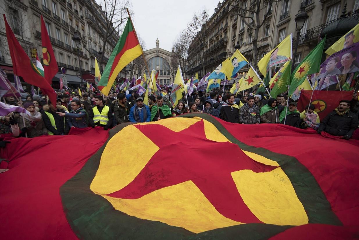 Una manifestazione di attivisti curdi a Parigi (Ansa)