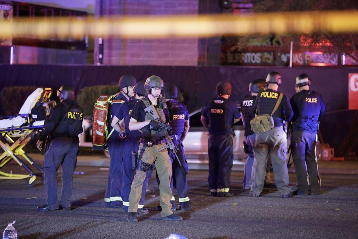 Poliziotti e medici sul luogo della strage