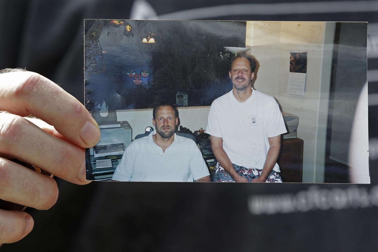 Eric Paddock mostra una foto di lui con il fratello Stephen (a destra), il killer di Las Vegas poi suicidatosi (Ansa)