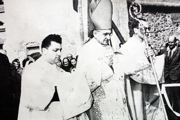 Un giovanissimo don Dionigi Tettamanzi assieme all'allora arcivescovo di Milano Giovanni Battista Montini
