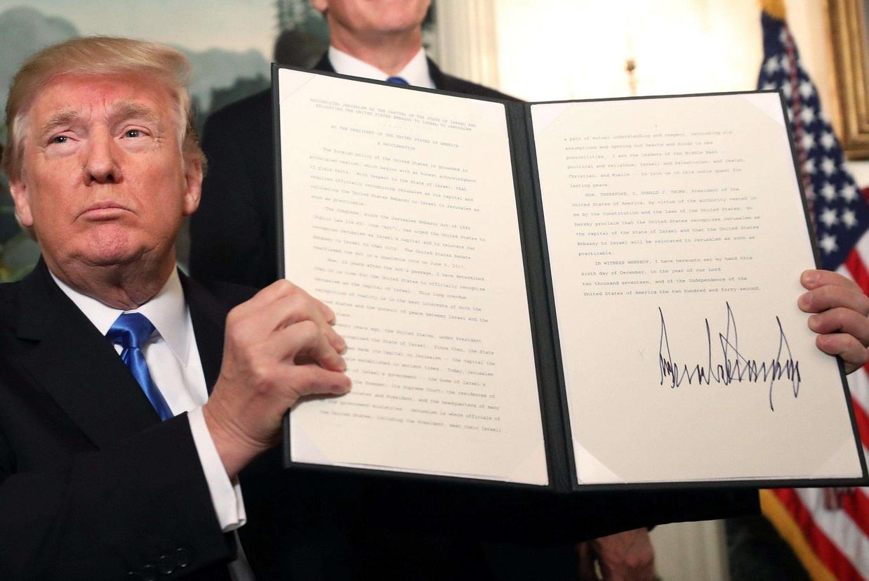 Trump mostra l'atto da lui firmato che proclama Gerusalemme capitale di Israele (Ansa)