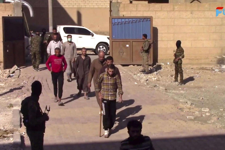 Alcuni combattenti del Daesh si consegnano in una base delle Forze democratiche siriane a Raqqa (Ansa)
