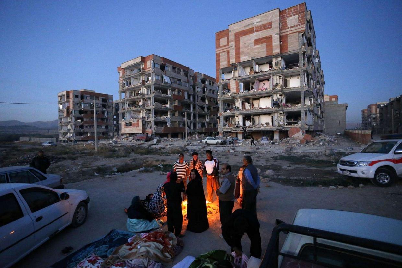 Sopravvissuti al sisma a Sarpol-e-Zahab in Iran occidentale (Ansa)