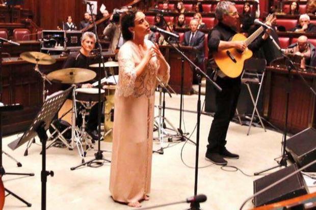 La cantante Noa mentre si esibisce nell'Aula di Montecitorio per il concerto di Natale
