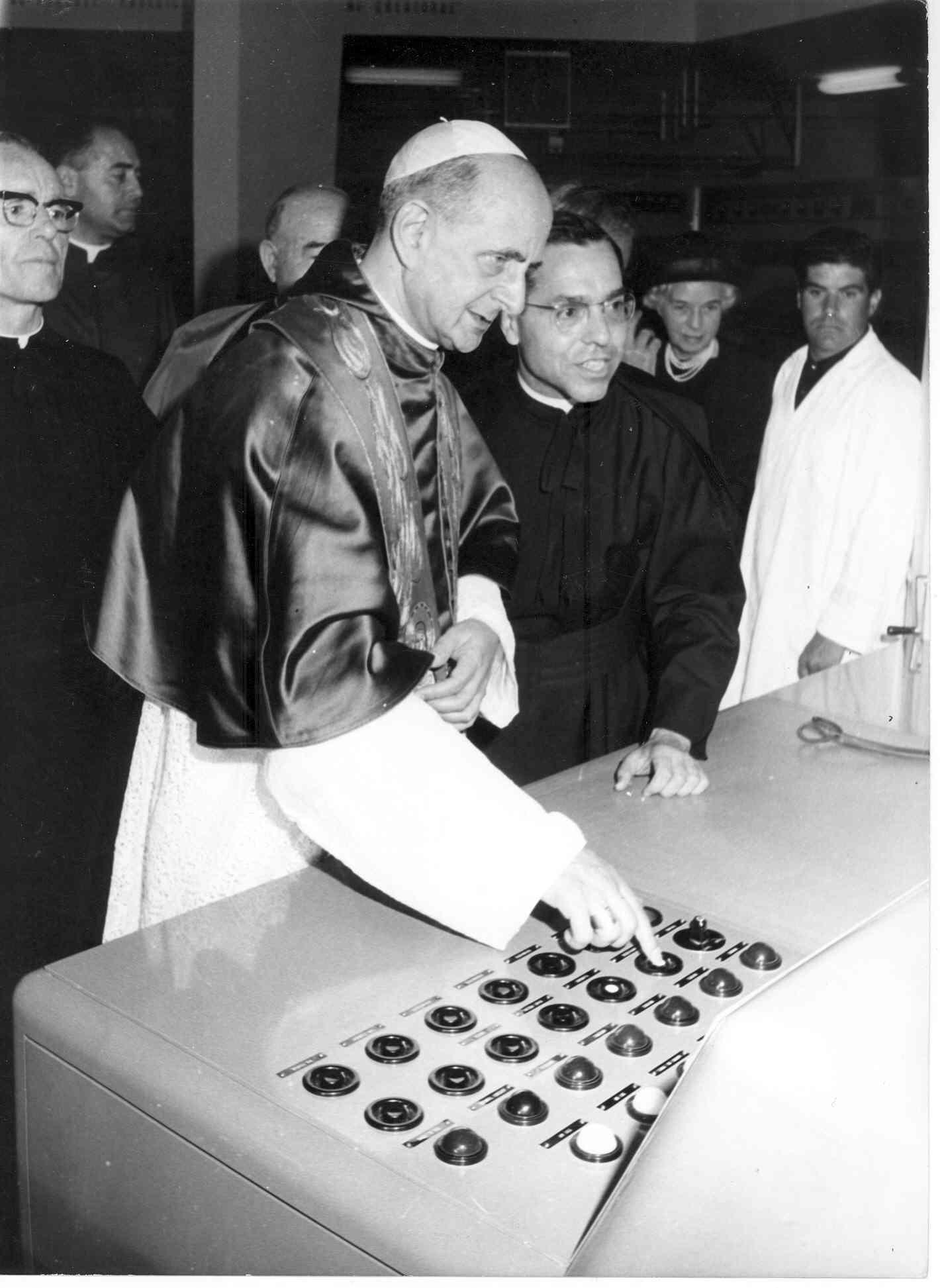 Paolo VI alla consolle della Radio Vaticana, sempre assistito dal direttore generale Antonio Stefanizzi