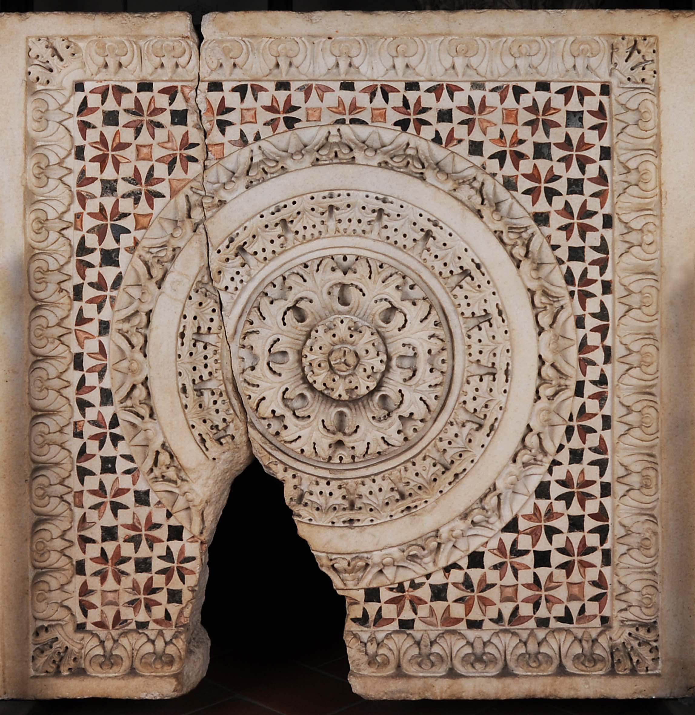 Taglia di Guglielmo, pluteo di recinto presbiteriale (metà del secolo XII), marmo con intarsi policromi. Pisa, Museo dell'Opera del Duomo