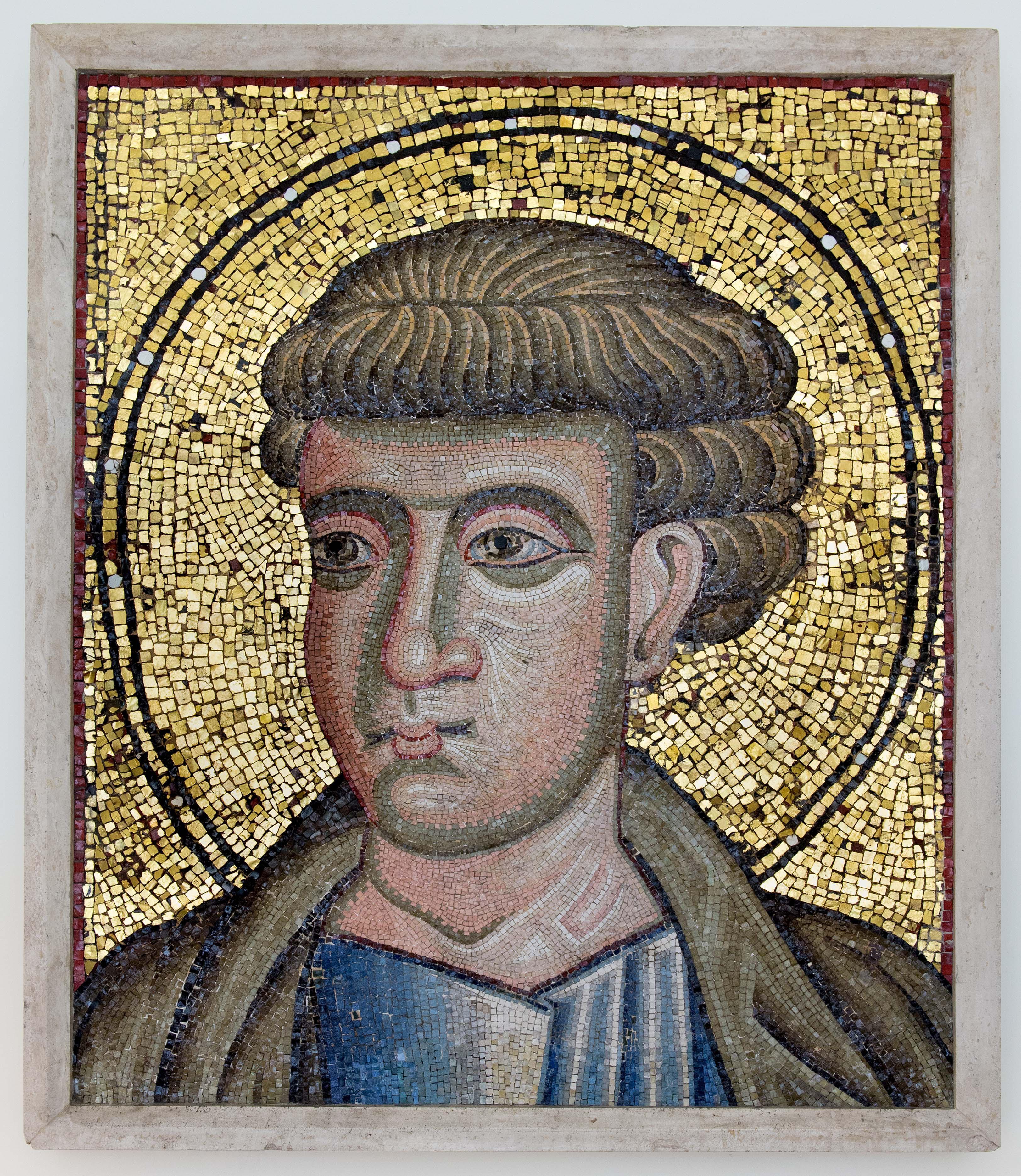 Lacerto musivo con raffigurazione di Apostolo proveniente dall'abside dell'antica Basilica di San Paolo fuori le mura (XIII secolo). Grotte Vaticane