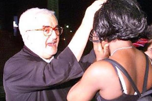 Nelle notte tra i falò portava il Rosario alle schiave del sesso