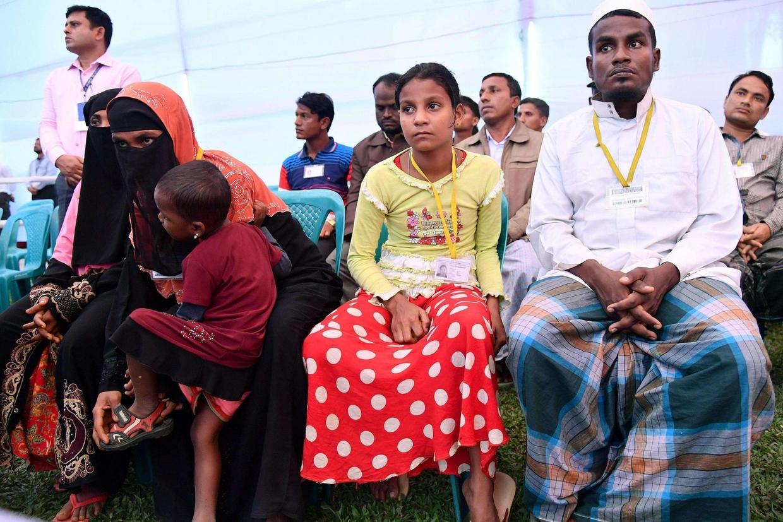 Il gruppo dei 16 profughi Rohingya che hanno incontrato il Papa (Ansa)