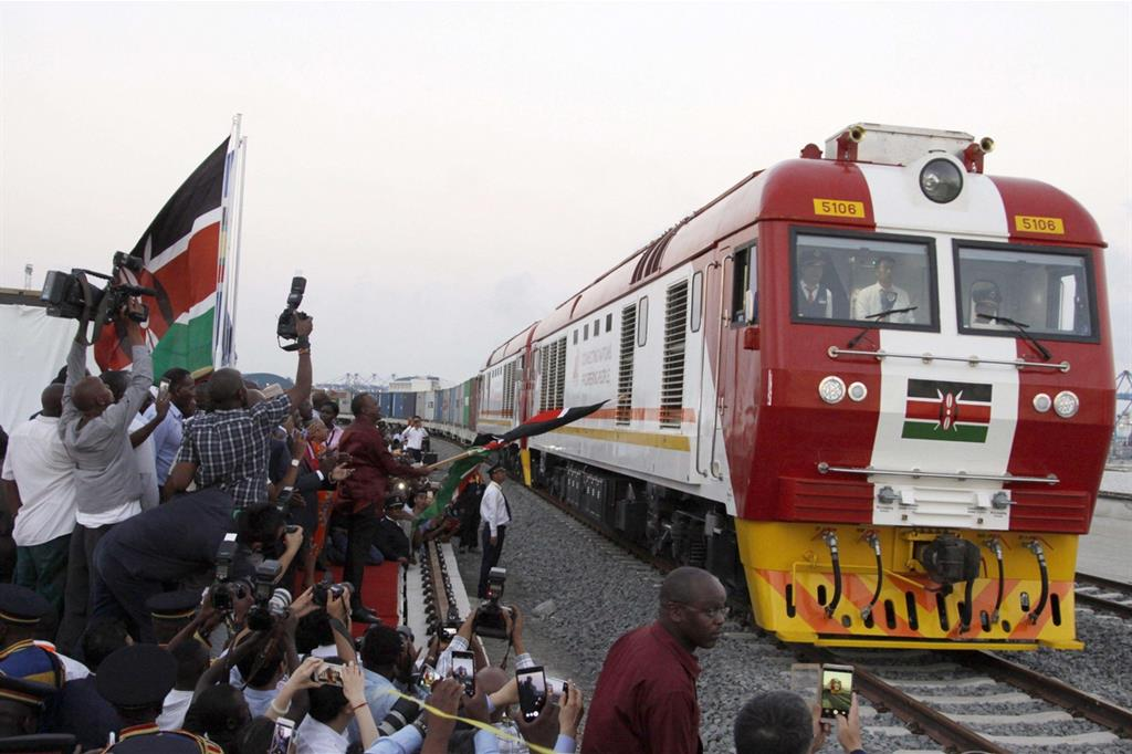 Uno dei treni cargo che faranno la spola dal porto di Mombasa a Nairobi: la nuova ferrovia è opera cinese (Ansa'Ap)