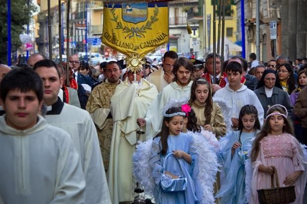 Una processione eucaristica