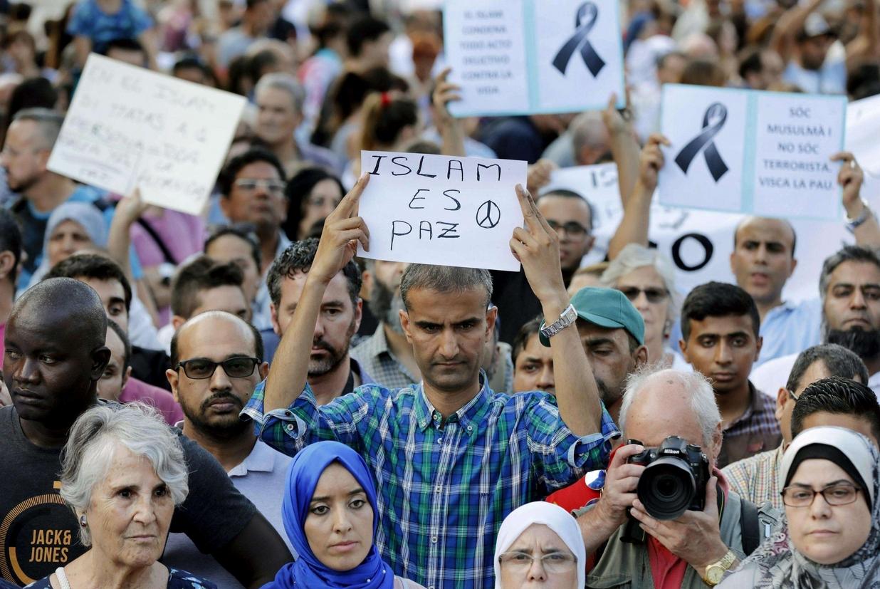 La marcia dei musulmani contro il terrorismo a Barcellona (Ansa)