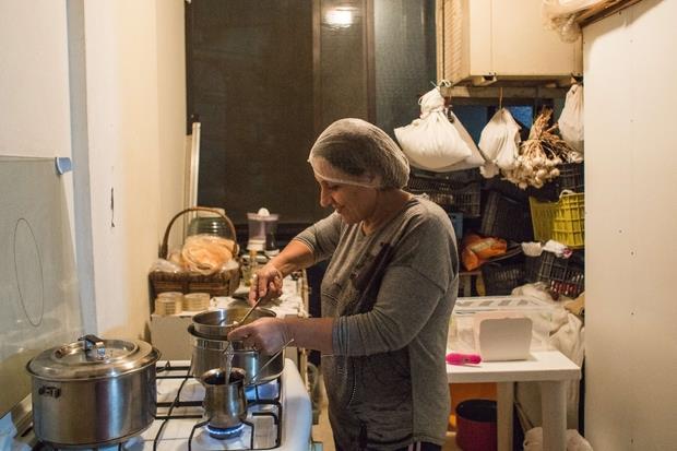 Beirut, Libano. Hiam Assi nella sua cucina mentre prepara il cioccolato. (foto Arianna Pagani)