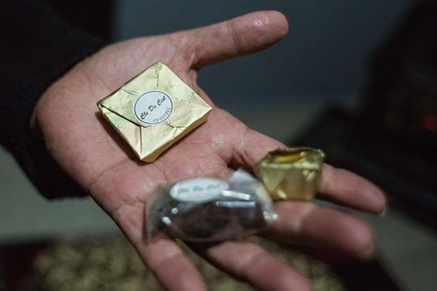 Raacine, Libano. Giselle si occupa di tutta la filiera organizzativa, prepara il cioccolato, pensa al packaging e ha stampato le etichette con il suo logo. (foto Arianna Pagani)