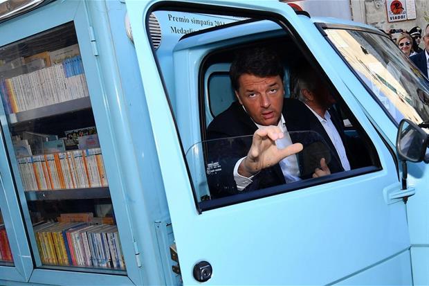 Il segretario del Pd Matteo Renzi arriva con il ''bibliomotocarro'' del maestro Antonio La Cava, uno degli ultimi maestri di strada lucani, Matera (Ansa)