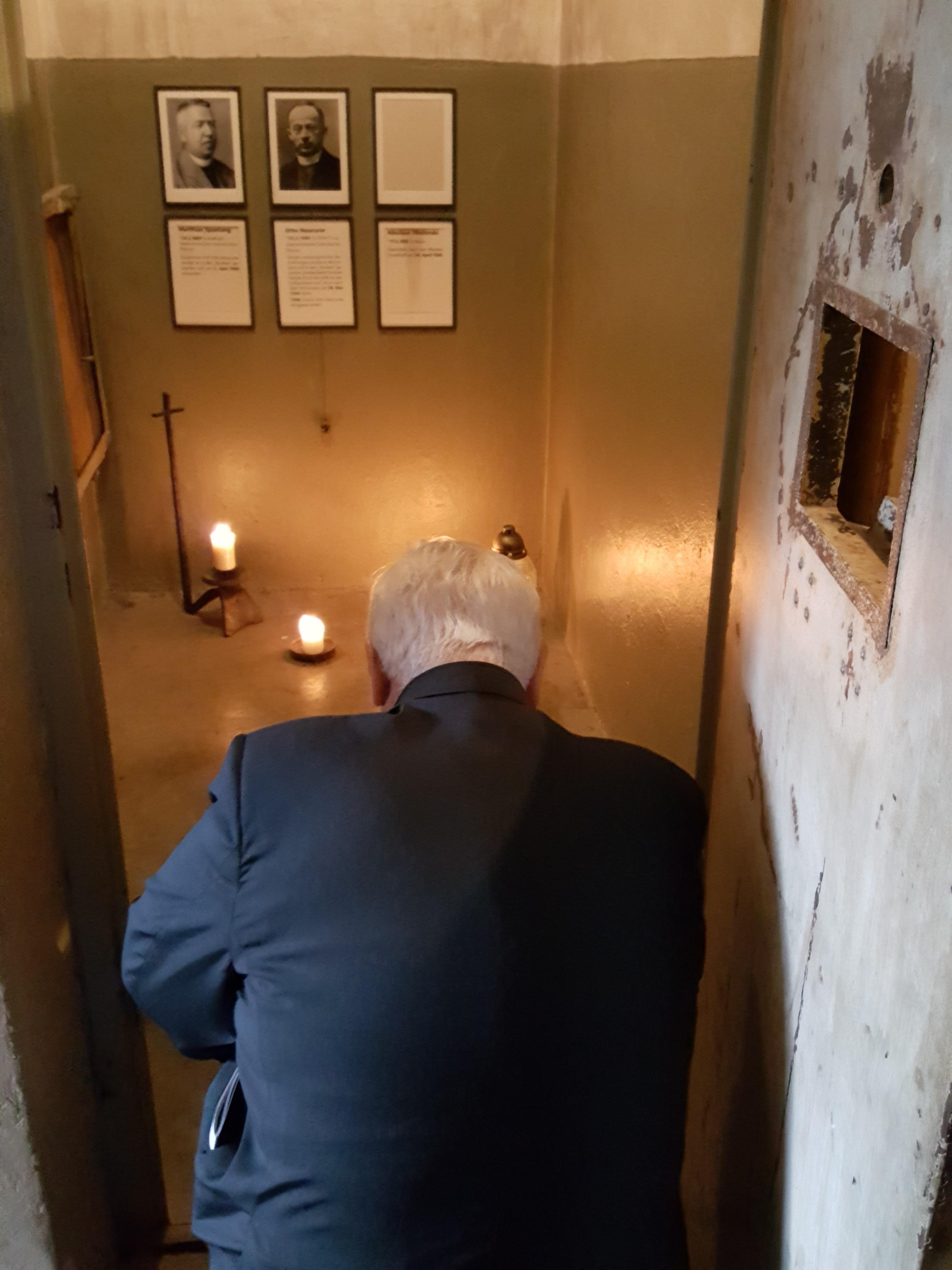 La preghiera di Bassetti nella cella del lager di Buchenwald dove è stato ucciso il beato Otto Neururer