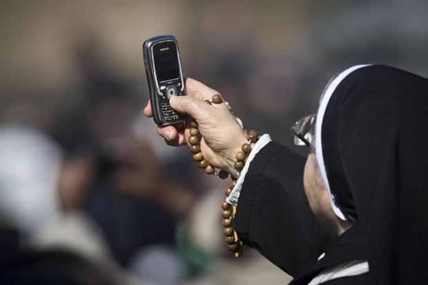 Una religiosa in piazza San Pietro