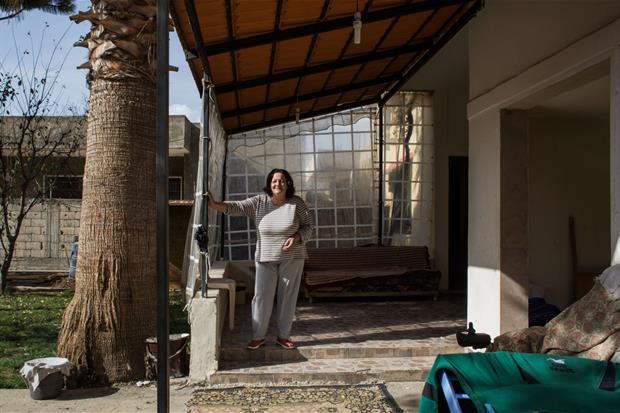 Al-Mansoura, Valle della Bekaa, Beirut. Teresa davanti alla sua casa (foto Arianna Pagani)