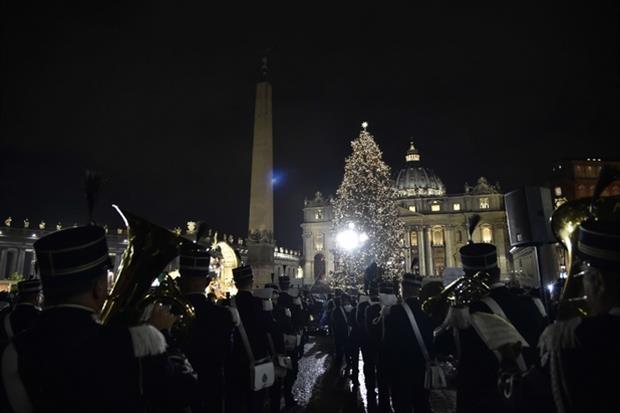 Piazza san Pietro con l'albero di Natale illuminato (Siciliani)