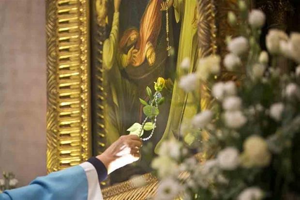 Un omaggio floreale alla Vergine del Rosario
