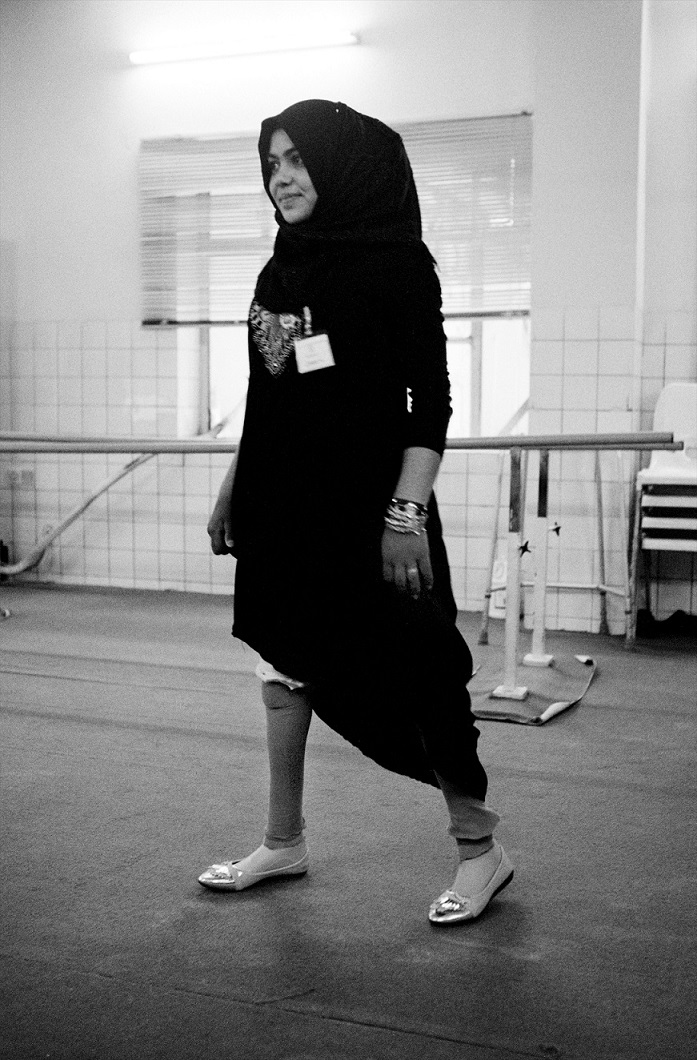 Una paziente del Centro di riabilitazione e reintegrazione sociale di Emergency a Sulaimaniya, specializzato in fisioterapia e nella produzione di protesi per pazienti mutilati (© Giles Duley)